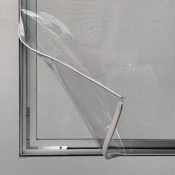 Trennwand mit Bodenfreiheit aus Aluminium Stretchframe mit glasklarem Banner
